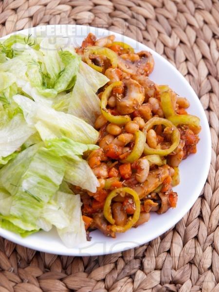 Пържен боб от консерва с доматено пюре или лютеница, моркови, чушки и гъби на тиган - снимка на рецептата